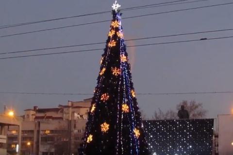 Установка основной новогодней ёлки Крыма началась вСимферополе