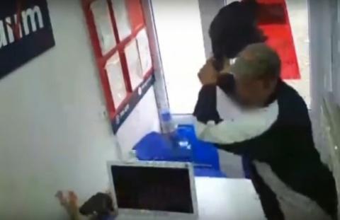 ВСимферополе мужчина с тесаком напал на кабинет микрозаймов