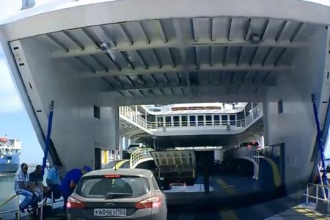 Автомобиль упал спарома наКерченской переправе